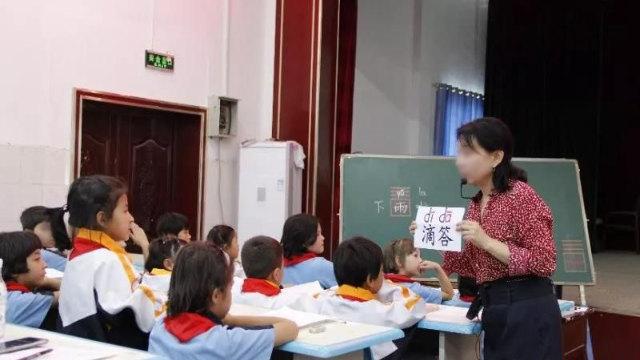 新疆の小学校で中国語を教える教員。