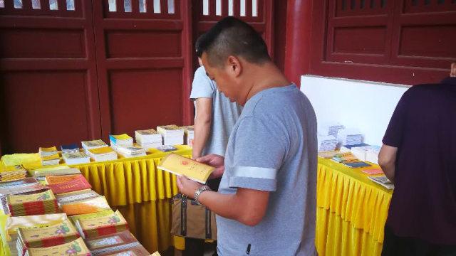 湖北省のある地域の寺院で当局が仏教の出版物を調べている。