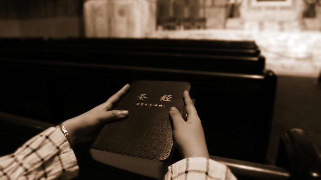 信者が聖書を手に持っている。家庭教会を襲撃するとき、警察が必ず没収するものだ。