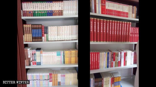 鄭州市の三自教会の図書室に並ぶ習近平主席に関する書籍。