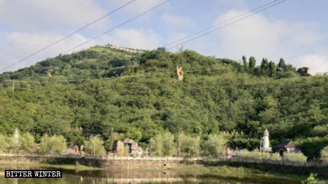 5月に破壊された仏頭像。