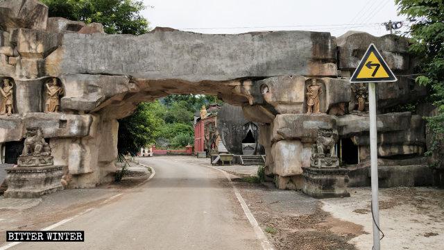 寺院の入り口の上に記されていた「墊江大佛寺」がセメントで塗りつぶされていた