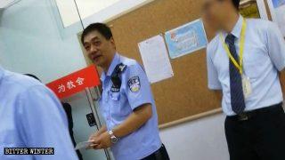 警察は成都市の恩福帰正福音教会を監視し、嫌がらせをした。