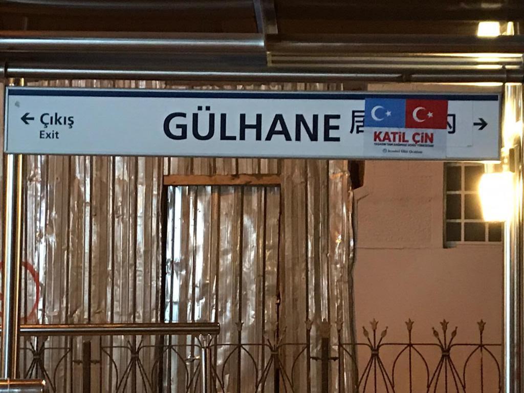 東トルキスタンとトルコの国旗と「殺人者中国」を意味する「カティル・チン(katil çin)」の文字で覆われたギュルハネ路面電車駅の中国語の標識。
