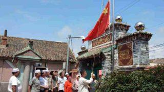 回族ムスリムがイスラム教の祝祭で愛国歌斉唱を強いられる