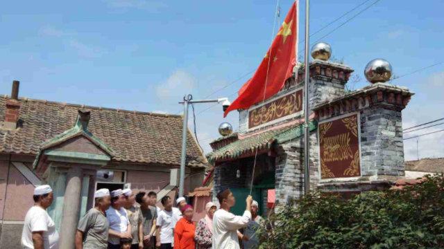 遼寧省のモスクのムスリムは国旗掲揚の儀式の催行を強いられている。