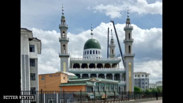 固原市の陝西清真大寺からイスラム教の象徴が撤去された。