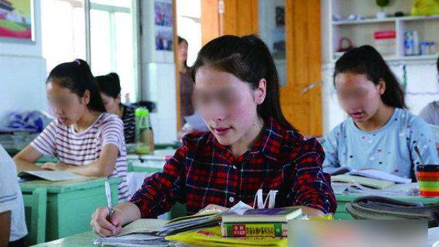 江蘇省の連雲港高級中学で勉強する新疆出身の学生。