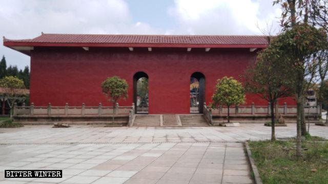 道教寺院の中庭から大きな屋外像5体が覆われた。