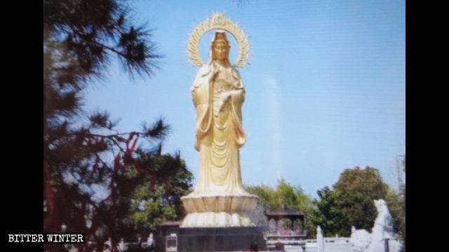 仏像群の中心にそびえる高さ18メートルの観音像。