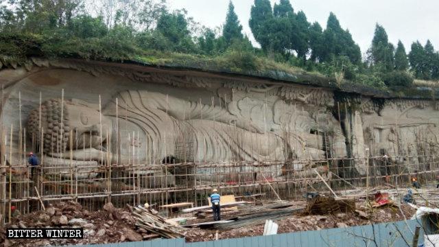 作業員が凌雲山の景勝地の涅槃像を覆っている。