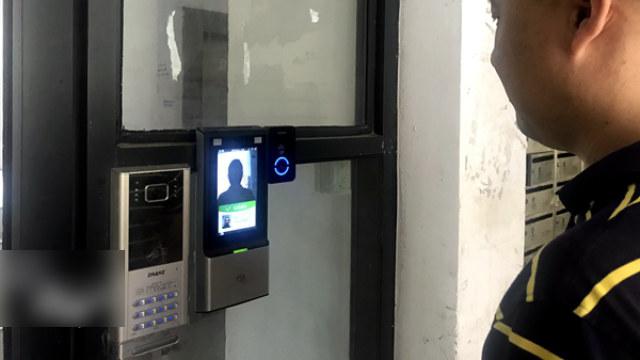 杭州市西湖区の住居コミュニティに設置された顔認識機能付きのアクセス管理システム。