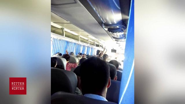 バス内での祈祷を強いられる信者