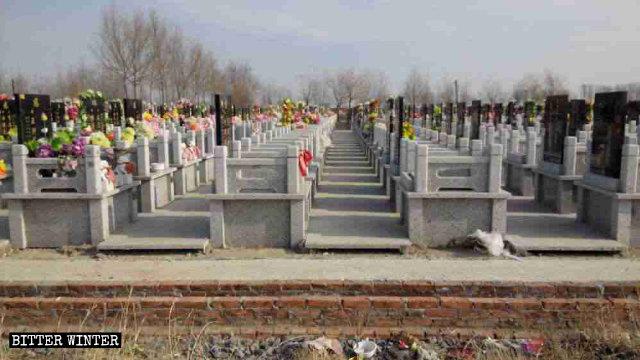 カトリックの信者が集まってミサを行っている墓地。