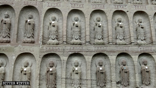 岩壁に掘られた仏陀の小像を近くで見たところ。