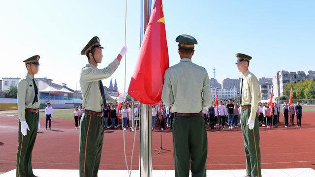 江蘇省の口岸中学に通う新疆出身の学生が国旗掲揚式に参加している。(写真:インターネットより)